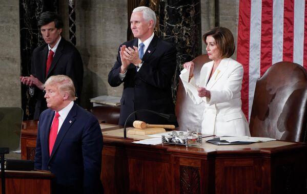 Спикер Палаты представителей США Нэнси Пелоси разрывает лист с речью президента США Дональда Трампа после его выступления в конгрессе с ежегодным посланием