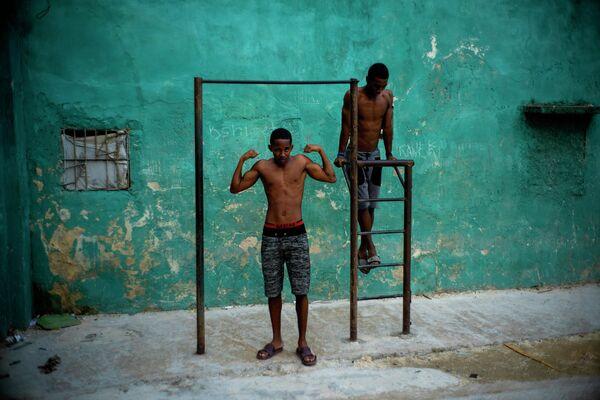 Молодые люди тренируются в Гаване, Куба