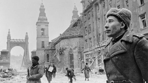 Участник штурма Будапешта подполковник В.Лебедь, дошедший от Волги до Будапешта, стоит неподалеку от Моста Эржебет