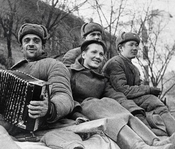 Советские солдаты в освобожденном Будапеште