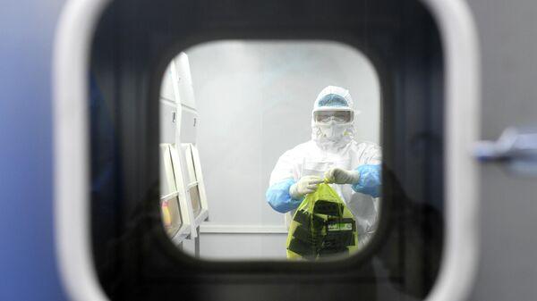 Сотрудник лаборатории в китайском городе Ухань