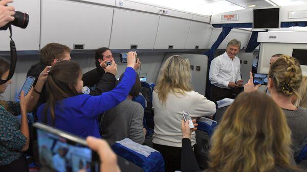 Заместитель руководителя администрации президента, пресс-секретарь президента РФ Дмитрий Песков отвечает на вопросы журналистов президентского пула на борту самолета