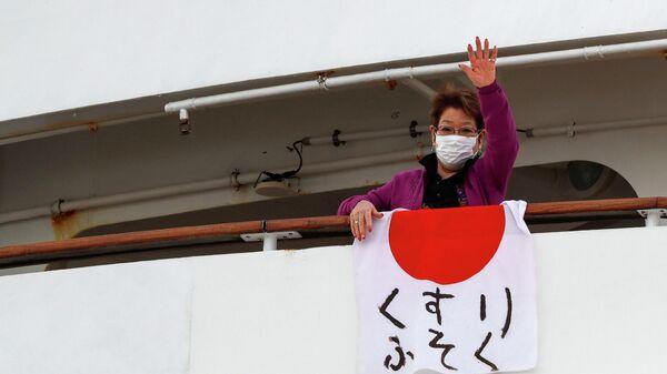 Пассажир на палубе круизного судна Diamond Princess в порту Йокогамы