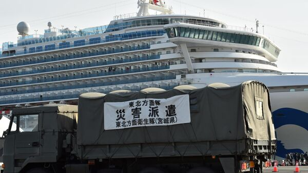 Оцепление возле круизного судна Diamond Princess в порту Йокогамы