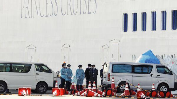Круизное судно Diamond Princess в порту Йокогамы