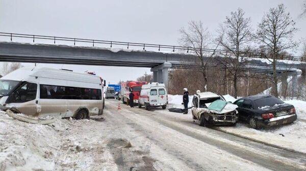ДТП в результате столкновения двух легковушек и автобуса в Новосибирской области. 8 февраля 2020