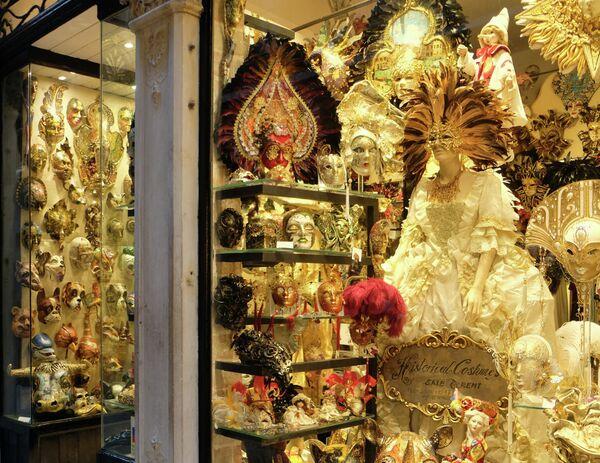 Карнавальные маски демонстрируются в Венеции, Италия, 6 февраля 2020 года.