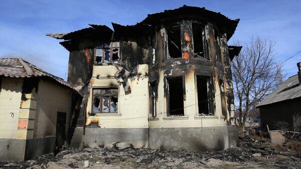 Сгоревший дом после недавней серии столкновений в селе в южной Жамбылской области, Казахстан, 8 февраля 2020