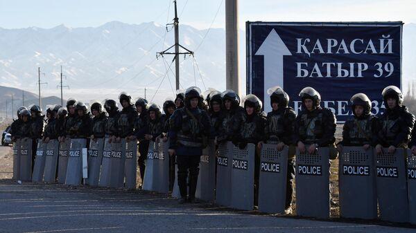 Полиция стоит вдоль дороги у села Масанчи в 250 км от Алматы