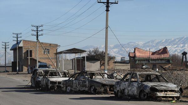 Сгоревшие машины на улице в селе Блас-Батыр в 250 километрах от Алматы 8 февраля 2020