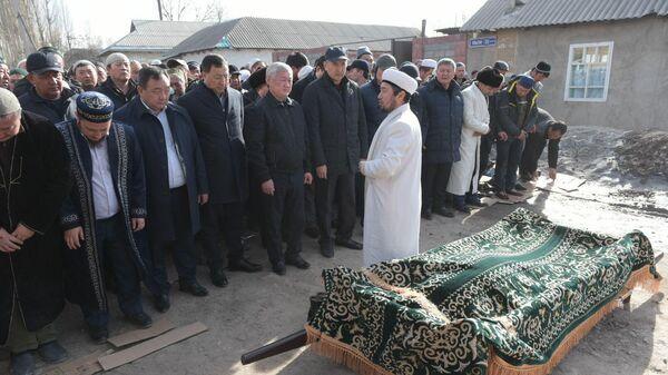 Вице-премьер Казахстана Бердибек Сапарбаев, аким области Аскар Мырзахметов и первый зампредседателя АНК Жансеит Туймебаев присутствуют на похоронах в селе Масанчи