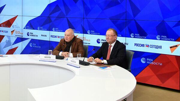 Генеральный директор МИА Россия сегодня Дмитрий Киселев и ректор Дипломатической академии МИД России Александр Яковенко во время пресс-конференции. 10 февраля 2020