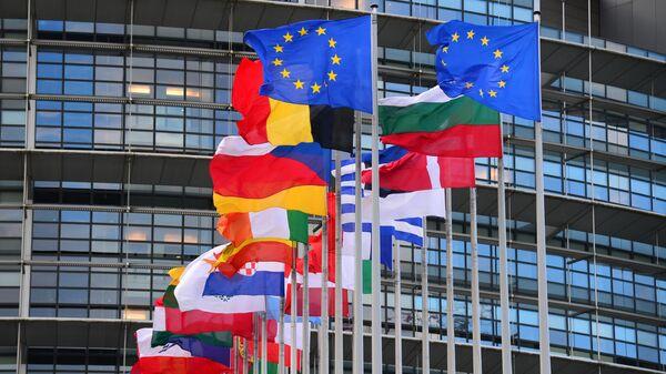 Флаги стран Евросоюза перед главным зданием Совета Европы в Страсбурге