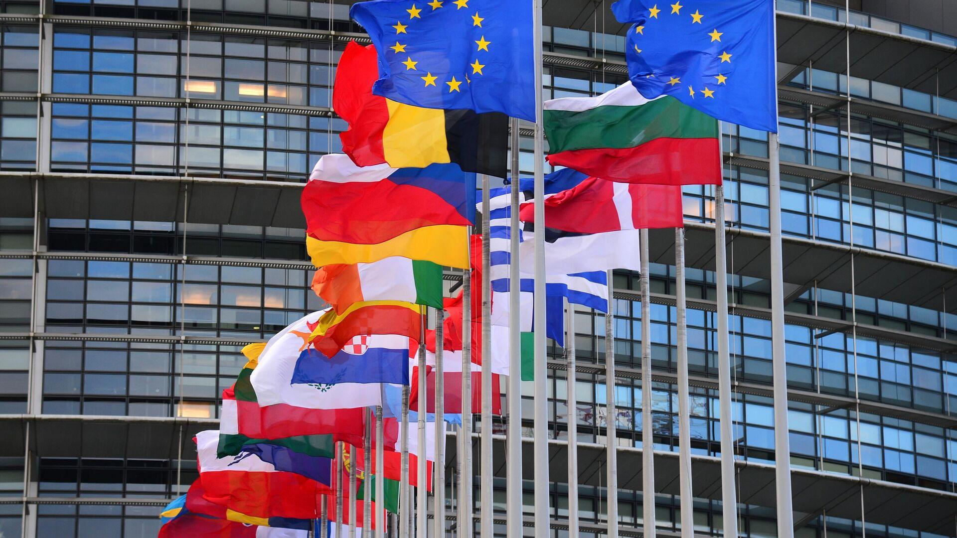 Флаги стран Евросоюза перед главным зданием Совета Европы в Страсбурге - РИА Новости, 1920, 21.09.2020