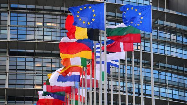 Флаги стран Евросоюза перед главным зданием Европейского парламента в Страсбурге