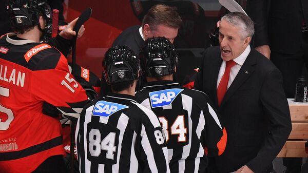 Главный тренер Авангарда Боб Хартли (справа) во время матча регулярного чемпионата Континентальной хоккейной лиги между ХК Авангард (Омск) и ХК Ак-Барс (Казань).