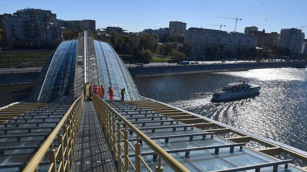 Мойка пешеходного моста Богдана Хмельницкого
