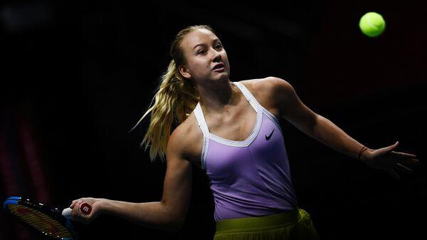 Анастасия Потапова (Россия) в матче первого круга женского одиночного разряда на турнире St.Petersburg Ladies Trophy 2020 против Паулины Пармантье (Франция).