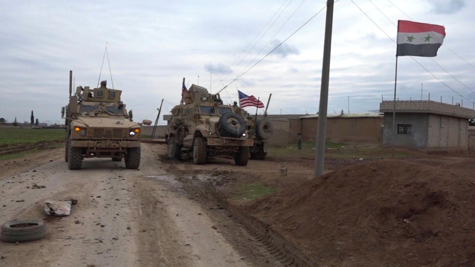 Военный конвой США в районе города Эль-Камышлы в Сирии - РИА Новости, 1920, 06.05.2021