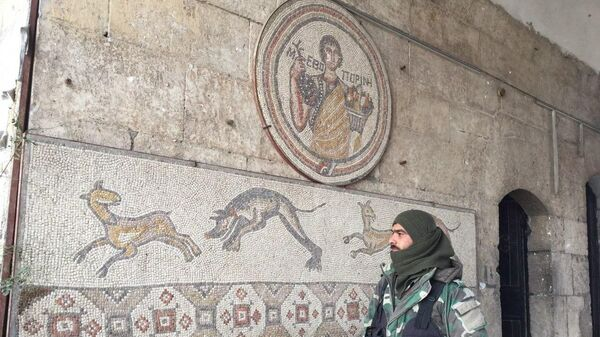 Военный в музее в сирийском городе Маарет-Нууман