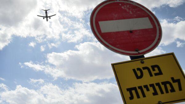 Самолет в небе над аэропортом Эйлата, Израиль