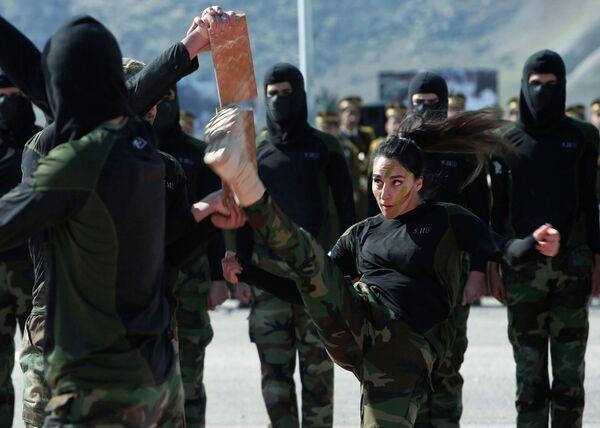 Показательные выступления во время церемонии выпуска новых бойцов Пешмерга в военном лагере в районе Соран, Ирак