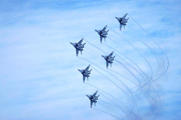 Показательное выступление авиационной группы высшего пилотажа Стрижи во время акции Военная служба по контракту в вооруженных силах РФ - твой выбор! в Краснодаре