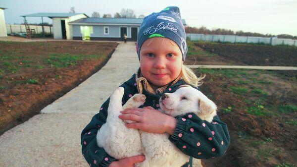 Дочь Николая и Ларисы Молнар возле нового дома