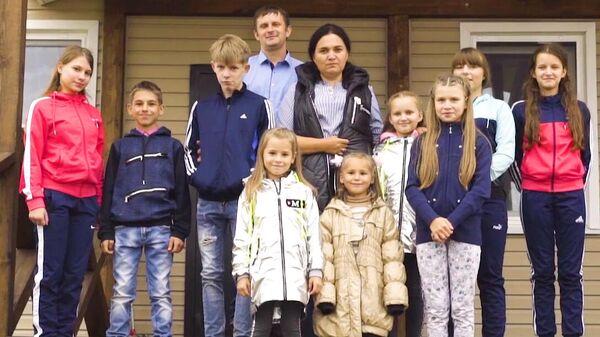Семья Богачевых на крыльце нового дома