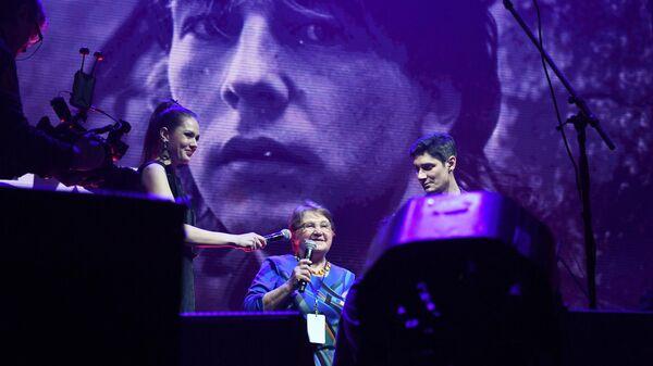 Нелли Николаевна Башлачева (в центре), мать известного поэта Александра Башлачева на XIII-ом Ежегодном музыкальном фестивале Чартова дюжина