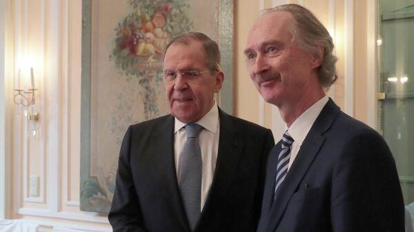 Министр иностранных дел РФ Сергей Лавров (слева) и спецпосланник Генерального секретаря ООН по Сирии Гейр Педерсен во время встречи в Мюнхене.
