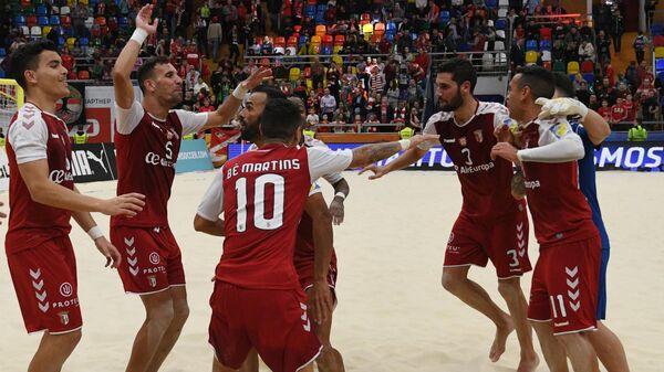 Футболисты Браги радуются победе в финальном матче клубного чемпионата мира по пляжному футболу