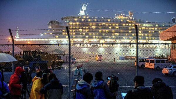 Лайнер Diamond Princess на рейде в порту Йокогама