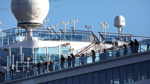 Пассажиры круизного лайнера Diamond Princess в порту Йокогама