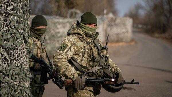 Украинские военнослужащие охраняют контрольно-пропускной пункт возле новой линии соприкосновения в Золотом, Луганская область