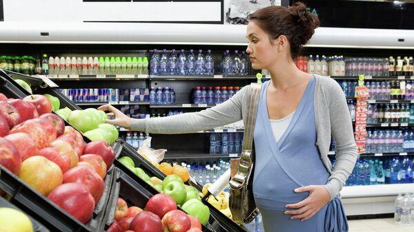 Беременная женщина в супермаркете