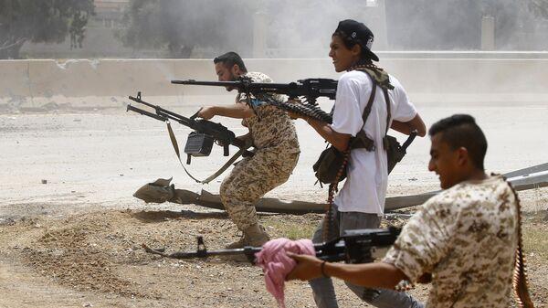 Бойцы, лояльные правительству национального согласия, ведут огонь на позиции в районе аль-Савани к югу от ливийской столицы Триполи