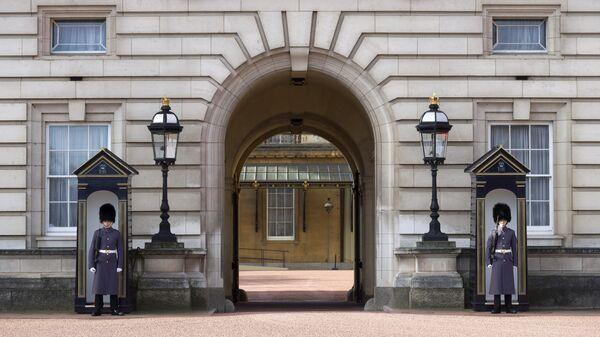 Гвардейцы у входа в Букингемский дворец в Лондоне