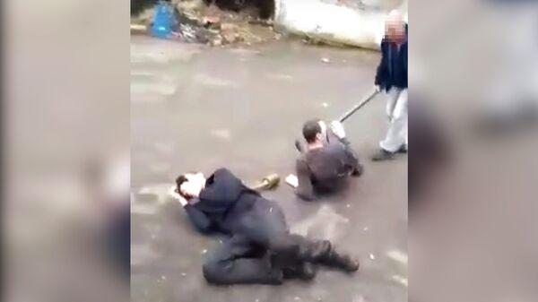 Хозяин автомойки издевается над своими сотрудниками