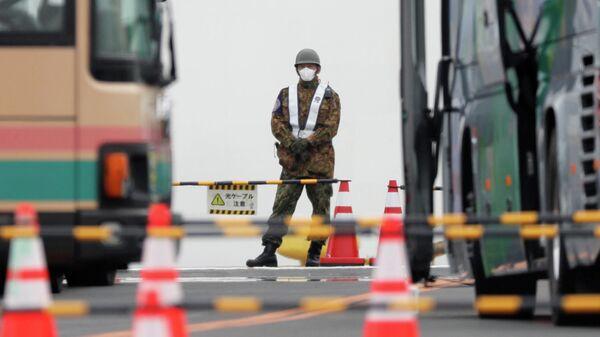 Японский военный у круизного лайнера Diamond Princess в порту Йокогама