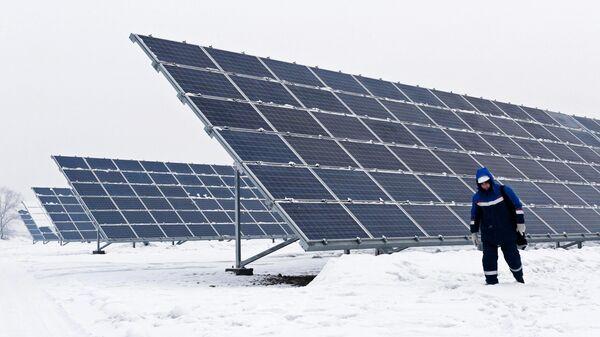 Сотрудник на Абаканской солнечной электростанции в Республике Хакасия