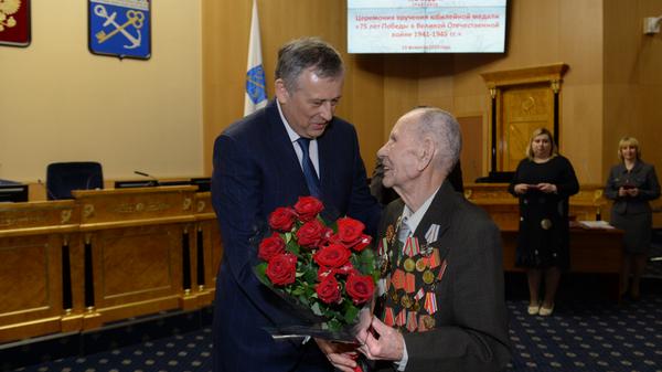 Губернатор Ленинградской области Александр Дрозденко награждает юбилейными медалями 75 лет Победы в Великой Отечественной войне 1941-1945 годов областных ветеранов