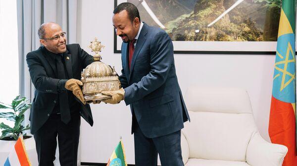 Премьер-министр Эфиопии Абий Ахмед Али во время вручения короны министру туризма Эфиопии Хируту Кассо