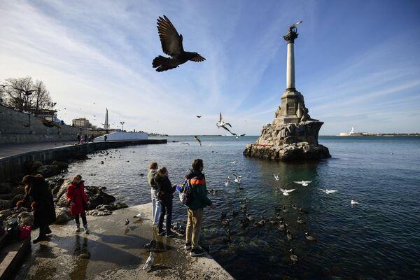 На набережной в Севастополе у памятника Затопленным кораблям