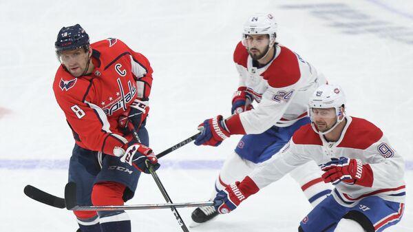 Игрок ХК Вашингтон Кэпиталз Александр Овечкин (8) и игрок ХК Монреаль Канадиенс Филлип Дано (9) в матче регулярного чемпионата НХЛ