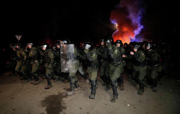 Украинские правоохранители во время протеста против прибытия самолета с эвакуированными из китайской провинции Хубэй в село Новые Санжары Полтавской области