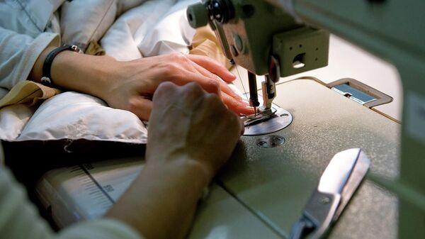 Сотрудница швейной мастерской