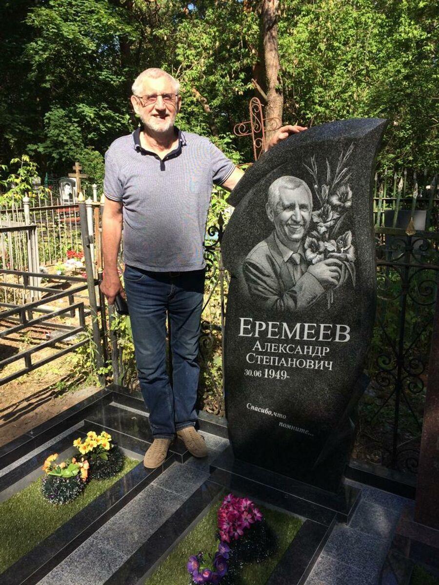 Александр Еремеев рядом с собственным памятником