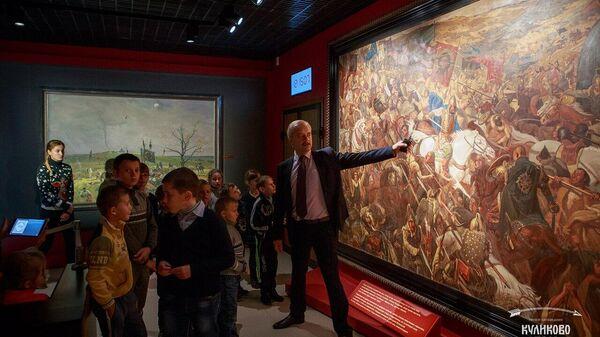 Экскурсовод ведет экскурсию в музее-заповеднике Куликово поле