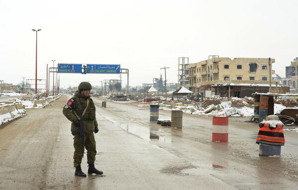Патруль российской военной полиции в районе освобожденного от боевиков города Маарет-Нууман в провинции Идлиб